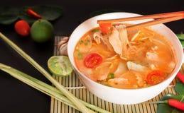 Том Yum Gai или пряный суп Tom yum с цыпленком - подлинное тайским стоковая фотография rf