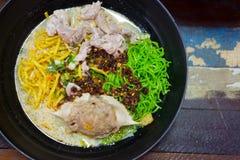Том Yum Kung с лапшами и морепродуктами в черном шаре стоковая фотография rf