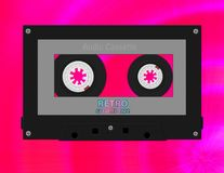 Тональнозвуковая черная серая ретро кассета на футуристической розовой предпосылке Объект магнитофонной кассеты музыки иллюстрация вектора