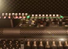 тональнозвуковой пульт смешивая профессиональную студию tv Стоковая Фотография RF