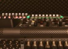 тональнозвуковой пульт смешивая профессиональную студию tv Стоковая Фотография