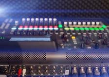 тональнозвуковой пульт смешивая профессиональную студию tv Стоковое Изображение