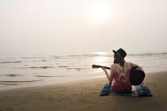 Тональнозвуковая концепция ритма женщин женщины пляжа гитары Стоковое фото RF