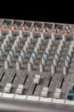 Тональнозвуковая смешивая консоль с слайдерами и ручками на каналах Стоковые Фото