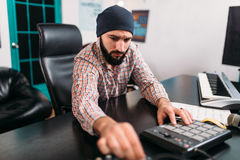 Тональнозвуковое инженерство, работа человека с музыкальной клавиатурой Стоковое Изображение