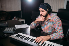 Тональнозвуковое инженерство, работа soundman с синтезатором Стоковые Изображения RF