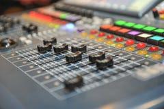 Тональнозвуковой смеситель, оборудование музыки студия звукозаписи зацепляет, передающ инструменты, смеситель, синтезатор отмелый Стоковые Изображения