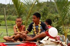 Тонганские мальчики празднуют прибытие Fuifui Moimoi на острове Vavau Стоковое Изображение