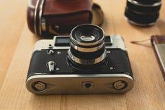 Тонизированная съемка ретро камеры при объектив портрета лежа на деревянном de Стоковые Изображения