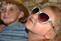 Тонизированное изображение девушки в солнечных очках, обнимает ее младший брата Стоковая Фотография RF