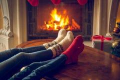 Тонизированное изображение женщины и и ног в шерстях socks греть на огне Стоковая Фотография RF