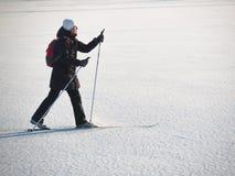 Тонизированное изображение кататься на лыжах взрослой женщины идя Стоковые Изображения