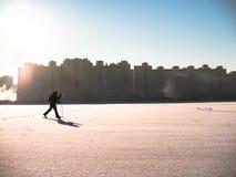 Тонизированное изображение кататься на лыжах взрослой женщины идя Стоковые Фотографии RF