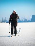 Тонизированное изображение кататься на лыжах взрослой женщины идя Стоковое фото RF