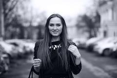 Тонизированное изображение молодой милой девушки на прогулке Стоковые Фото