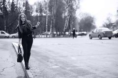 Тонизированное изображение молодой милой девушки на прогулке Стоковое Изображение