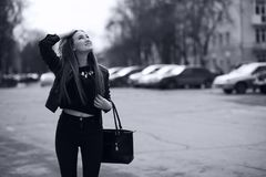 Тонизированное изображение молодой милой девушки на прогулке Стоковое фото RF