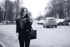 Тонизированное изображение молодой милой девушки на прогулке Стоковая Фотография