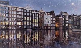 Тонизированное фото известных танцуя домов канала Damrak в Амстердаме на ночи зимы стоковое изображение rf