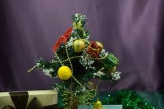 Тонизированное фото украшенных рождественской елки и подарочных коробок против горящего камина стоковые изображения
