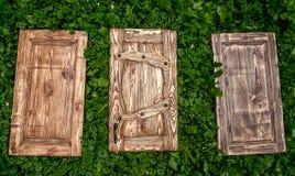 Тонизированные деревянные двери лежа на траве Стоковая Фотография RF