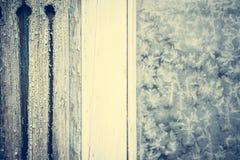 Тонизированный год сбора винограда заморозил деревенское окно как предпосылка рождества с космосом экземпляра Стоковые Фото