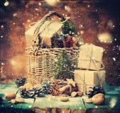 Тонизированный грецкий орех конуса сосны корзины коробки рождественской открытки Стоковое Изображение RF