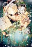Тонизированный грецкий орех конуса сосны корзины коробки рождественской открытки Стоковые Фотографии RF