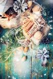 Тонизированный грецкий орех конуса сосны корзины коробки рождественской открытки Стоковое Изображение