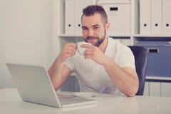 Тонизированный кофе молодого бизнесмена выпивая, Стоковые Изображения RF