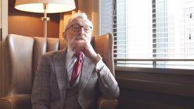 Тонизированный ретро введенный в моду портрет бизнесмена сидя в кресле на офисе акции видеоматериалы