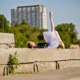 Тонкая балерина в балетной пачке лежа на улице Стоковые Изображения