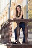 Тонкая девушка на прогулке города Стоковые Изображения RF