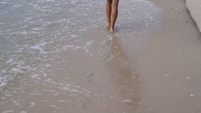 Тонкая девушка подростка в белом платье идя на пляж акции видеоматериалы