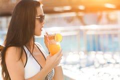 Тонкая женщина около бассейна с коктеилем Стоковые Изображения RF