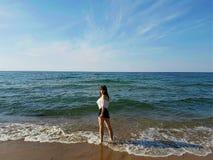 Тонкая женщина тела стоя на побережье Стоковые Изображения RF