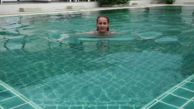 Тонкая красивая женщина приходит в бассейн гостиниц и caming вне Принципиальная схема каникулы лета сток-видео