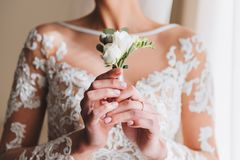Тонкая красивая молодая невеста держа boutonniere стоковое изображение