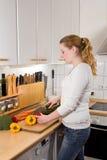 Тонкая кухня овощей вырезывания женщины Стоковое Изображение RF