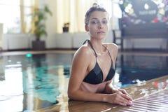 Тонкая молодая женщина в бассейне стоковая фотография