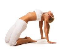 Тонкая сексуальная женщина делая протягивающ тренировку Стоковое Изображение