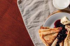 Тонкие блинчики для блинчиков завтрака с вареньем и маслом на bac Стоковое Изображение RF