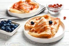 Тонкие блинчики, который служат с сиропом и ягодами Стоковое Изображение