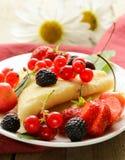 Тонкие блинчики десерта (crepes) с ягодами Стоковое фото RF