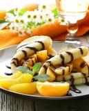 Тонкие блинчики (crepes) с персиками Стоковое Изображение RF