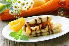 Тонкие блинчики (crepes) с персиками Стоковая Фотография RF