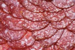 Тонкие куски копченой сосиски стоковое изображение rf