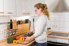 Тонкие овощи вырезывания молодой женщины Стоковое Изображение RF