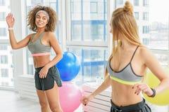 Тонкие sportive девушки в фитнес-клубе Стоковые Изображения