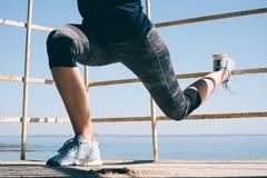 Тонкий делать девушки спорт сидеть-поднимает на пляже Стоковое Изображение RF